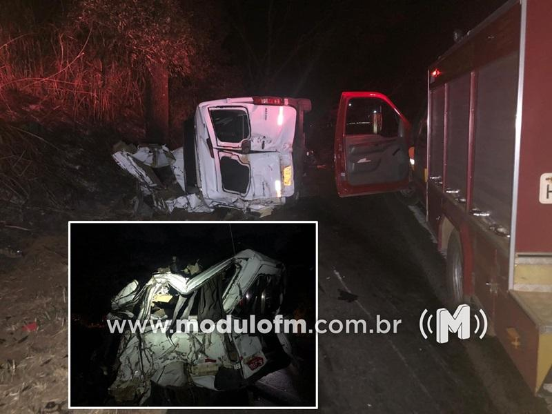 Acidente entre caminhão e van com placas de Patrocínio mata 12 pessoas na BR-365