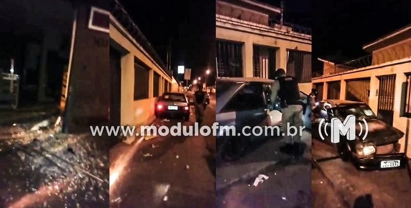Condutor possivelmente embriagado bate em porta de loja, foge e abandona veículo