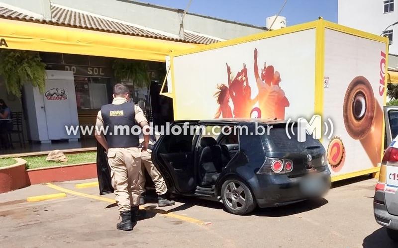 Homem é preso após ser flagrado com carro roubado em posto de Combustível