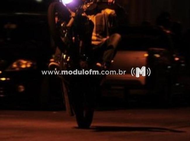 Jovem chama atenção da PM ao empinar moto e acaba preso com drogas