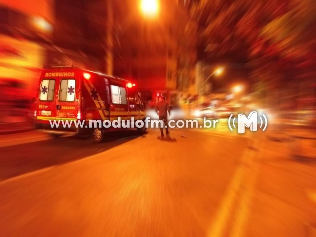 Motociclista é lançada em placa de sinalização após colidir com veículo