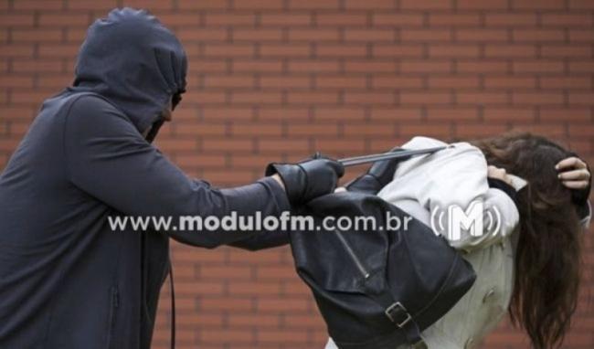 Mulher tem celular levado por bandido