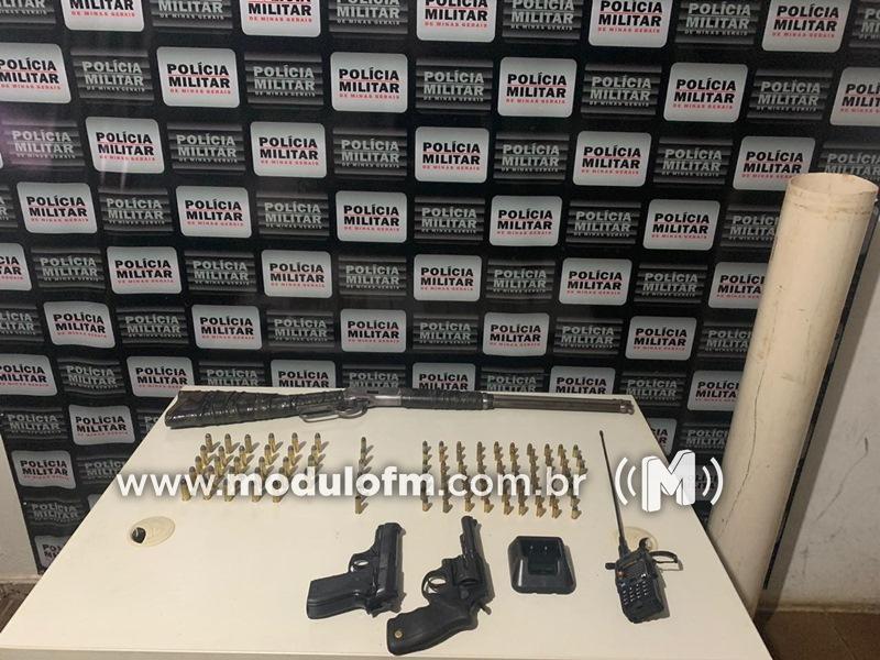 Suspeito de cometer homicídios é preso por posse de armas