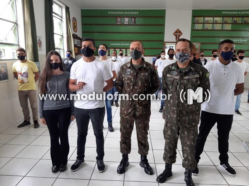 Cidadãos recebem certificado de dispensa do serviço militar