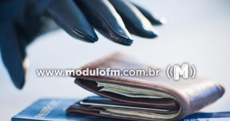 Homem tem carteira furtada dentro de agência bancária