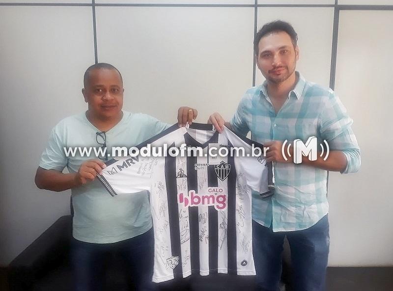 Hospital do Câncer recebe camisa autografada pelo elenco do Atlético