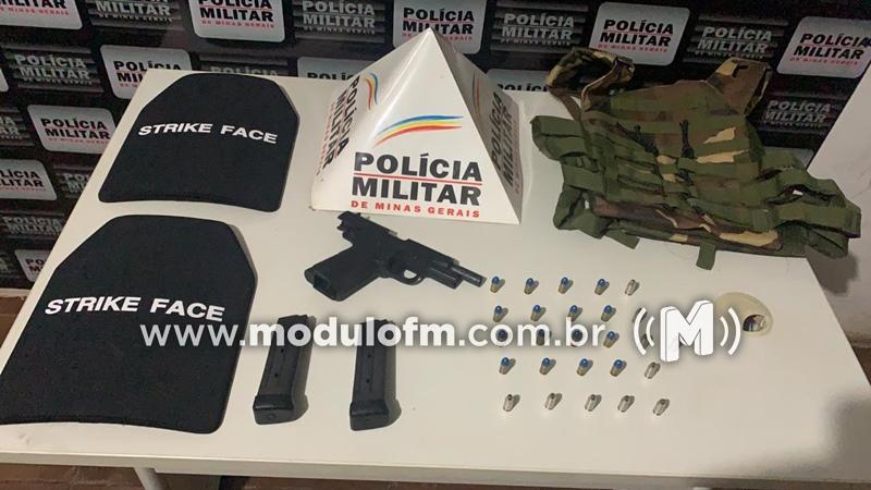 Jovem é flagrado com arma, munições e colete balístico em Patrocínio