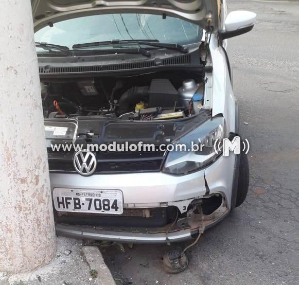Motorista com suspeita de embriaguez bate carro contra poste