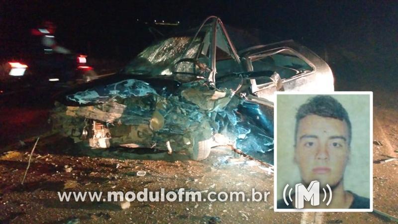 Motorista morre preso às ferragens após bater de frente com veículo