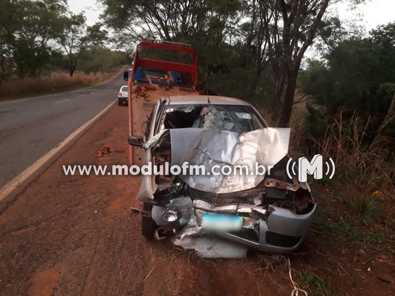 Motorista perde o controle da direção e bate carro em árvore na MG-190