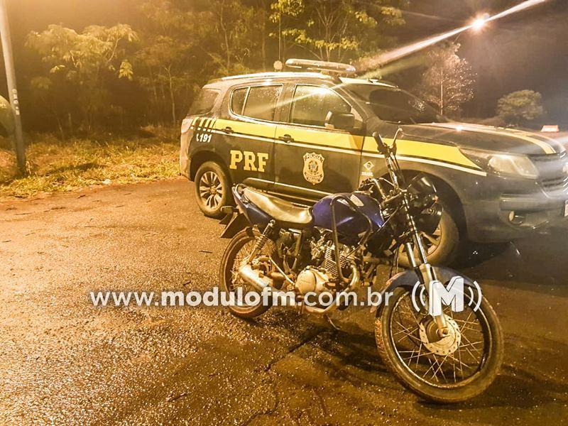PRF prende jovem com motocicleta utilizando placa adulterada