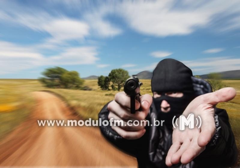 Bandidos invadem fazenda deixam família trancada e roubam defensivos agrícolas e uma caminhonete