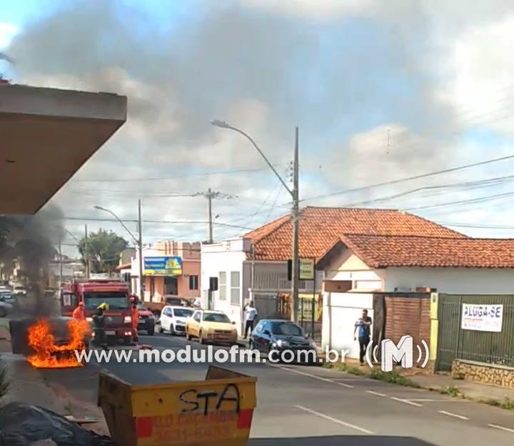 Carro pega fogo em via pública e assusta pedestres