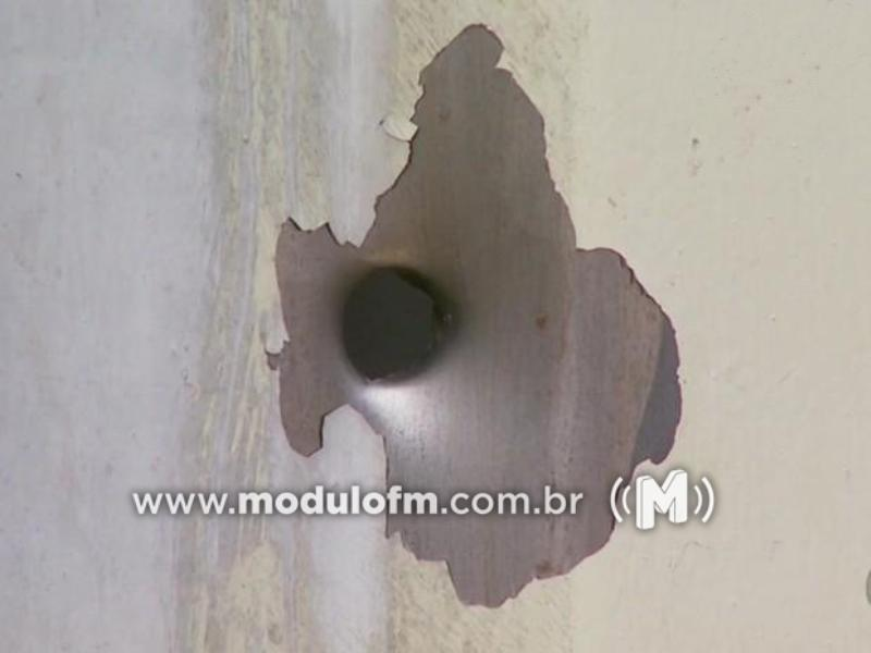 Estabelecimento comercial tem portão cravado a balas em Cruzeiro da Fortaleza
