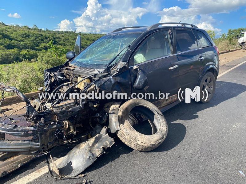 Mulher fica ferida em acidente entre veiculo de passeio e três veículos de carga na BR-262 em Ibiá