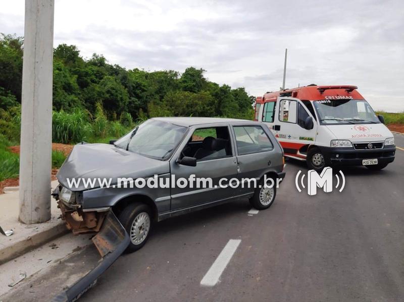 Condutora sem habilitação sofre mal súbito e bate carro em poste