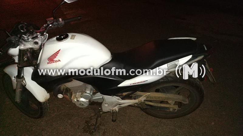 PM age rápido, recupera moto roubada a mão armada e prende suspeito