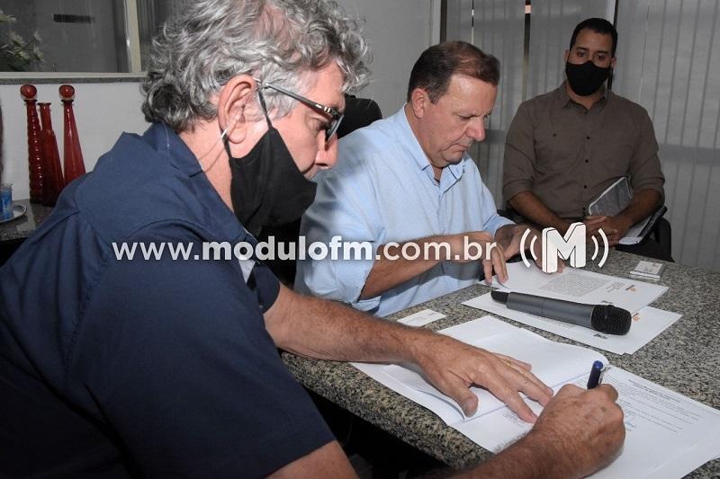 Prefeito assina contrato para construção da Avenida Sanitária entre os bairros Enéas e Morada Nova