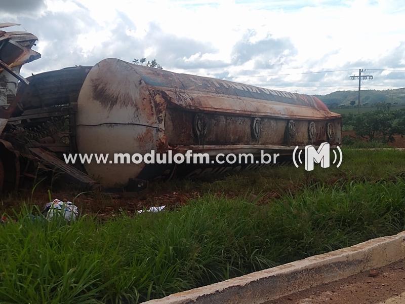 Risco de explosão: Carreta carregada de combustível tomba na BR-352 em Coromandel