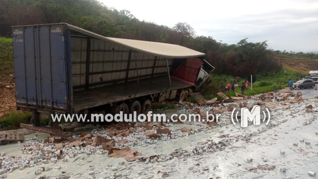 Motorista perde o controle de carreta em curva na BR-146 em Serra do Salitre