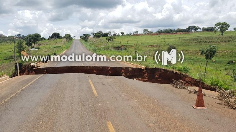 Presidente da Câmara solicita reparo de cratera na MGC-462