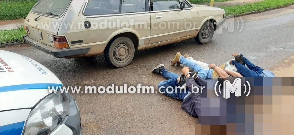 Três são detidos com carro furtado após perseguição policial