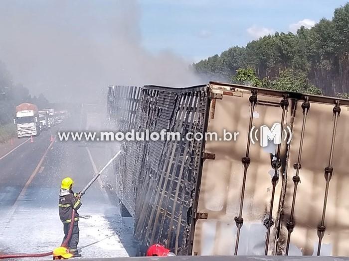 Carreta pega fogo na BR 365 e queima toda carga