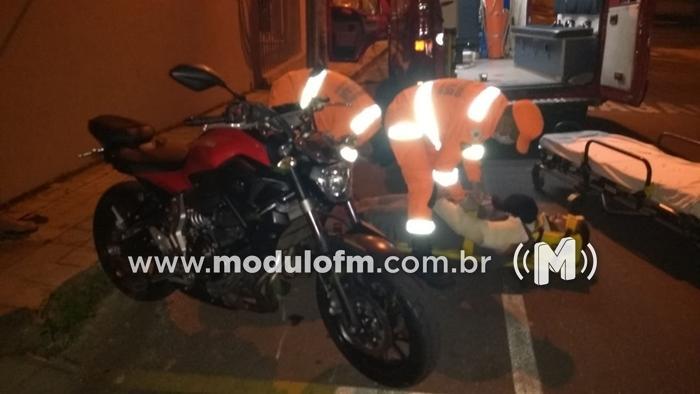 Motociclista é socorrido com escoriações após se chocar com caminhão