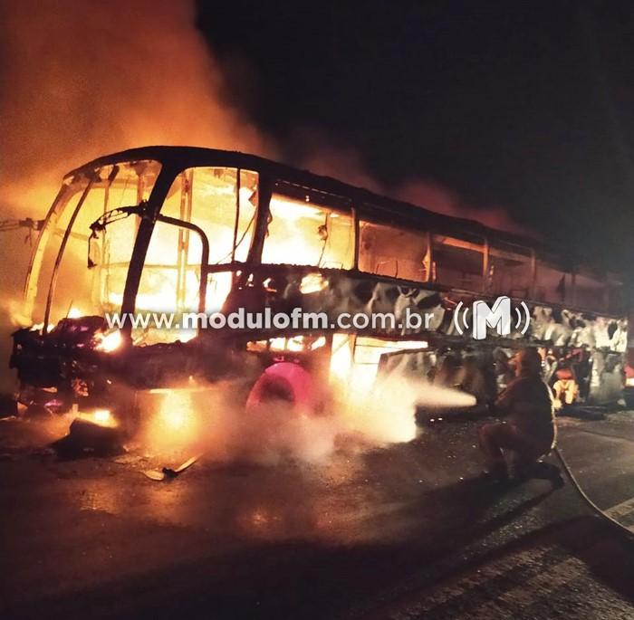 Ônibus pega fogo após pneu estourar em Brejo Bonito