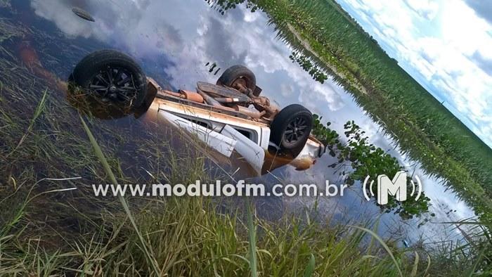 Veículo capota, cai em represa e dois ocupantes morrem
