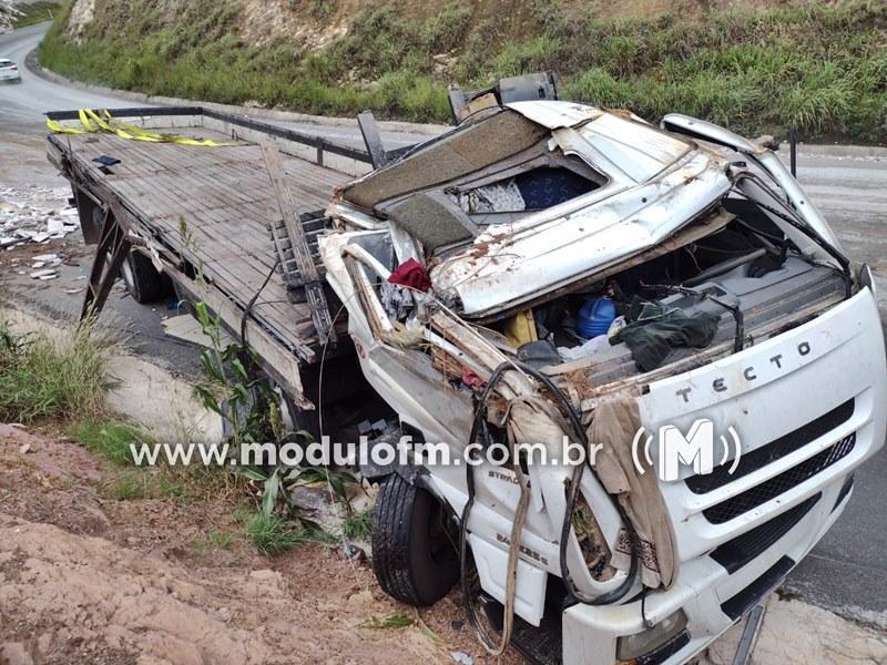 Caminhão perde freio e bate em barranco na BR-146 em Serra do Salitre