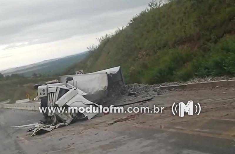 Caminhão tomba próximo à curva da morte e motorista ferido é socorrido