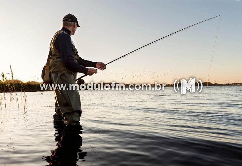 Polícia Ambiental fiscaliza pescadores que capturam peixes durante piracema