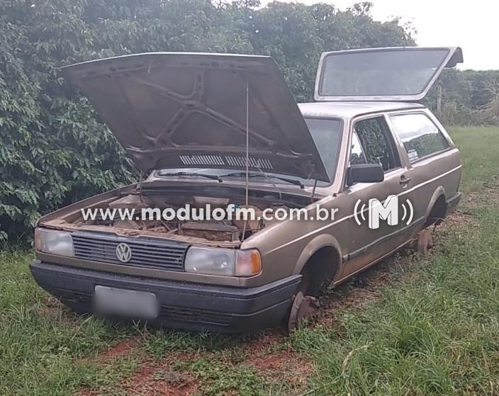 Veículo furtado é encontrado abandonado em lavoura de café