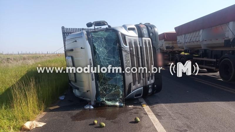 Caminhão carregado com mangas tomba na BR-146 em Serra...