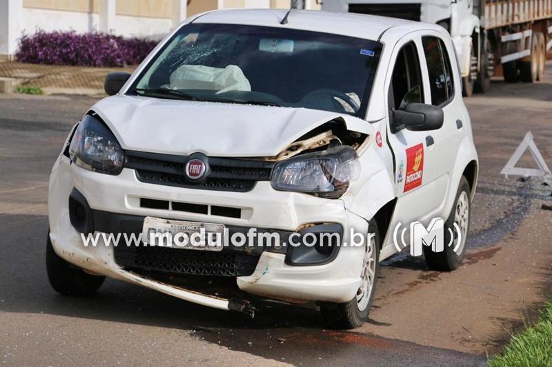 Condutor invade parada obrigatória, colide contra veículo da Prefeitura de Patrocínio e foge sem prestar socorro