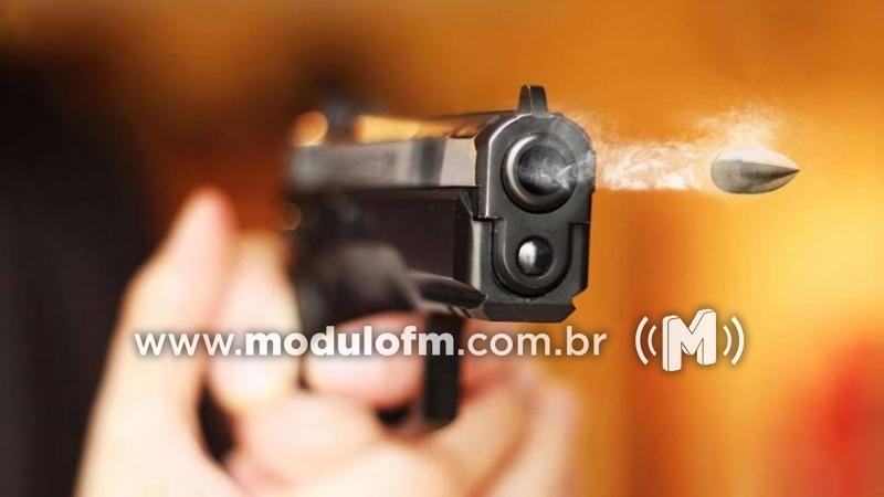Criminosos armados invadem casa de carnes e atiram para assaltar