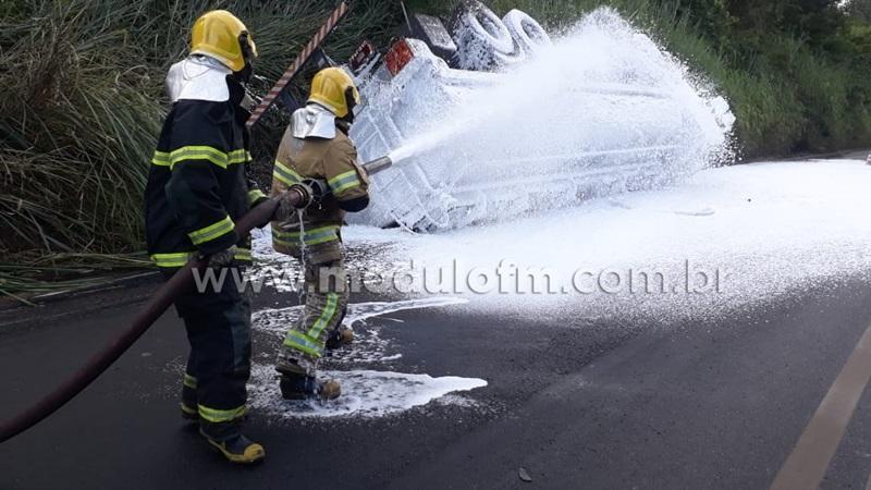 Risco de explosão: Caminhão com placas de Patrocínio carregado de combustível tomba e interdita BR-365