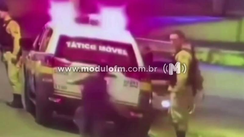 Veja o vídeo: Homem arremessa pedra contra vidro de...