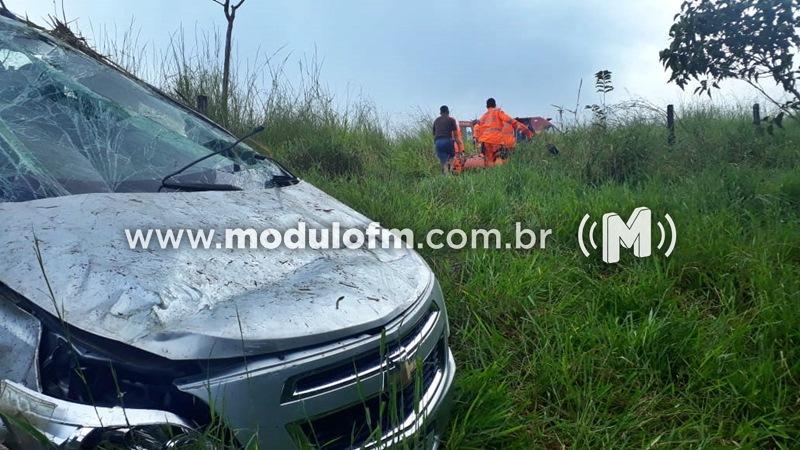 Carro cai em ribanceira e cinco pessoas ficam feridas na MGC-462