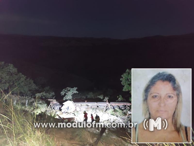 Mulher morre e motorista fica preso às ferragens após carreta cair em ribanceira na MG-188 em Coromandel