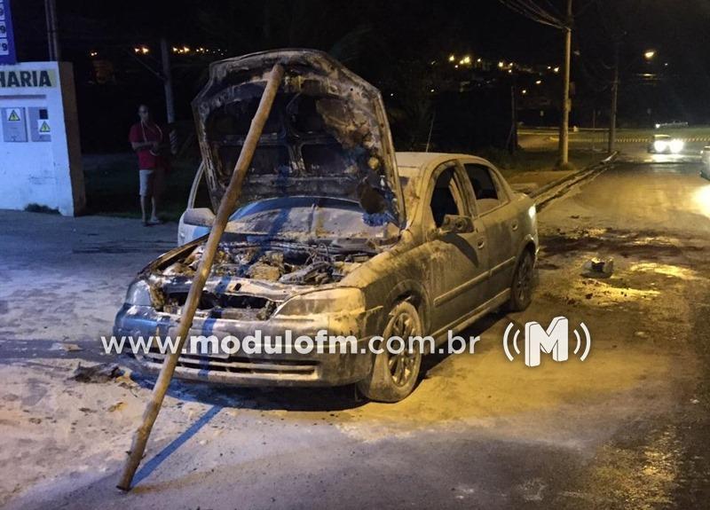 Veja o vídeo: Veículo pega fogo ao tentar entrar em posto de combustível em Patrocínio