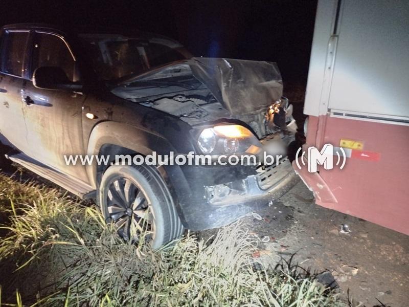 Motorista escapa ileso após bater em ônibus parado na MGC-462