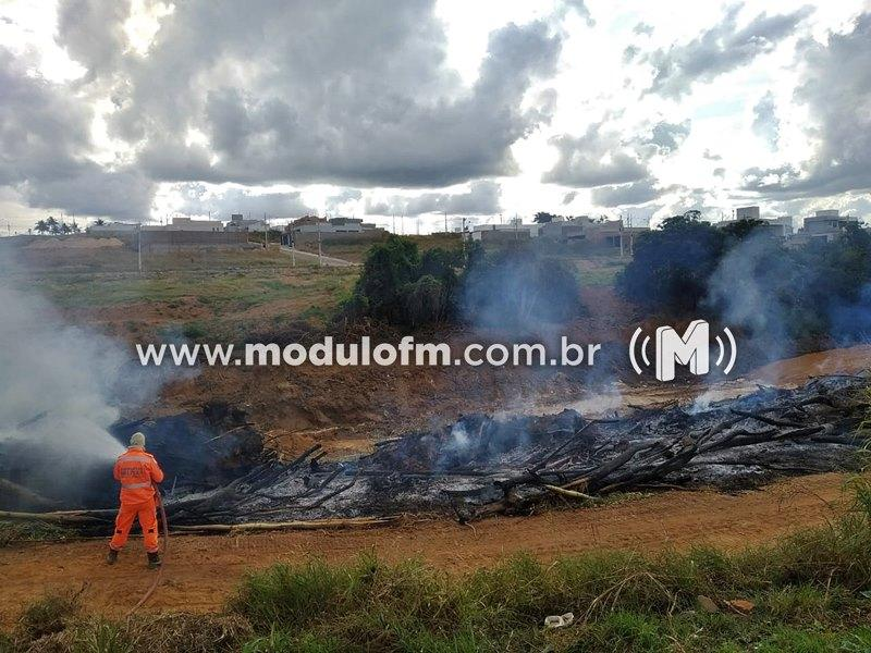 Corpo de Bombeiros combatem incêndio em restos de bambu em obras de avenida