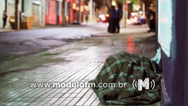 Corpo de Bombeiros recolhe moradores de rua em tempos de frio intenso...