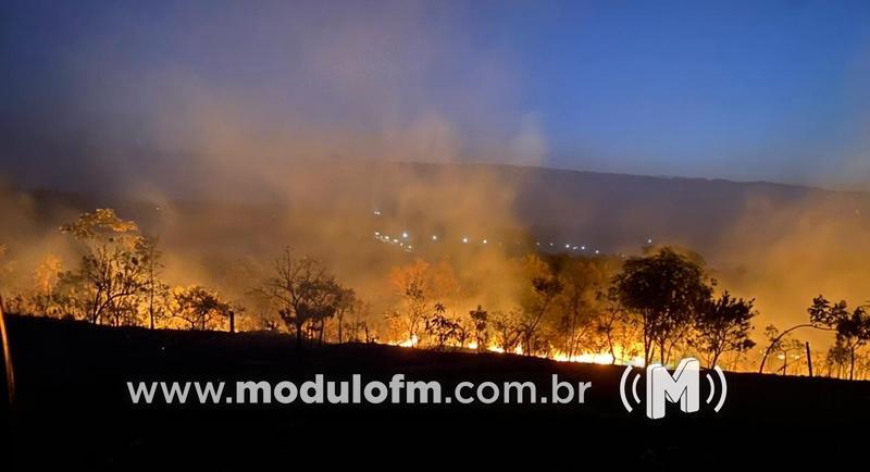 Incêndio de grandes proporções atinge 200 hectares nas proximidades da represa de...