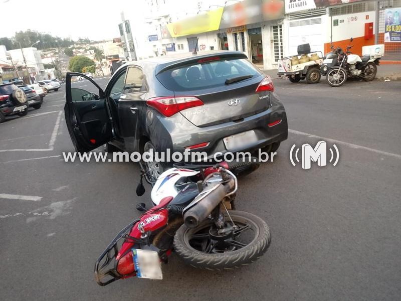 Motociclista fica ferido após colidir na traseira de veículo