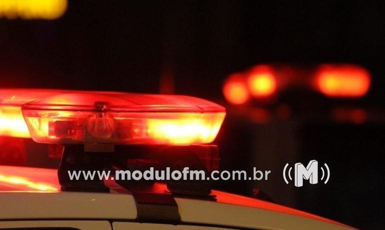 Motorista possivelmente embriagada colide carro contra dois veículos estacionados em Patrocínio