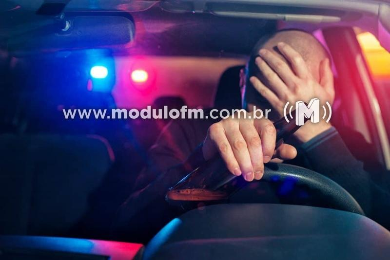 Motorista possivelmente embriagado é preso após subir em passeios...