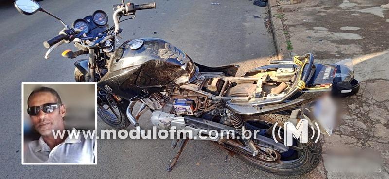 Motociclista morre após colisão em veículo e poste no...